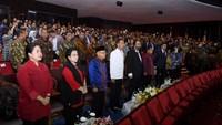 Nampak semua elite politik berdiri, ada Jokowi, Wapres Maruf Amin, Surya Paloh, Ketua DPR Puan Maharani, hingga Ketua Umum PDIP Megawati Soekarnoputri. (Muchlis Jr/Biro Pers Sekretariat Presiden).