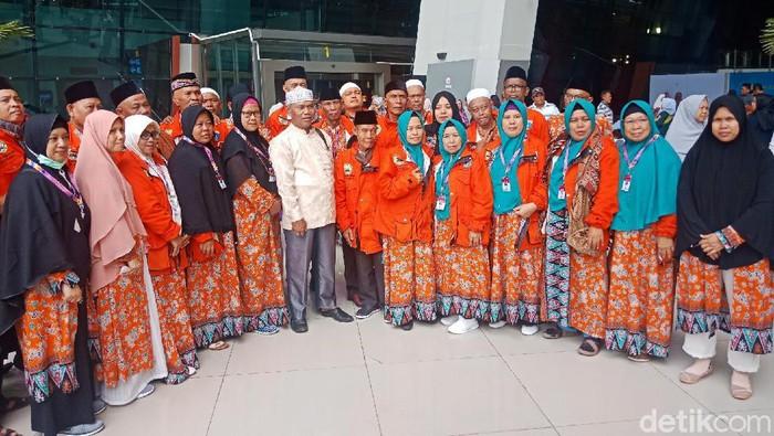 Foto: Jemaah umrah marbut dan majelis taklim DKI tiba di Indonesia (Kanavino Ahmad Rizqo/detikcom)