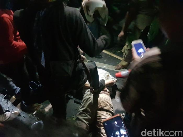 Pengemudi dibekuk massa di Pasar Minggu (Indra Komara/detikcom)