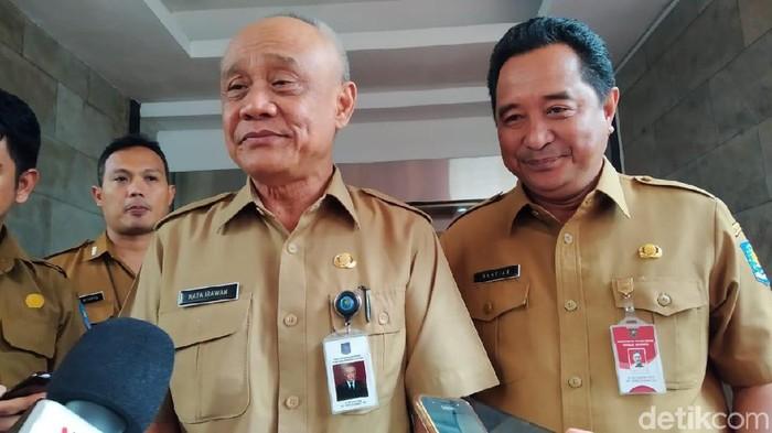 Dirjen Bina Pemerintahan Desa Kemendagri Nata Irawan dan Kapuspen Kemendagri Bahtiar (Wilda/detikcom)