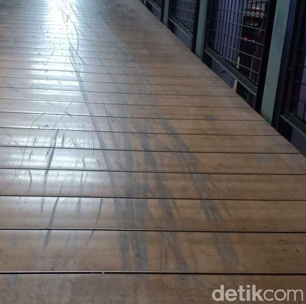 Penampakan Lantai Kayu JPO yang Rusak Gara-gara Skuter Listrik