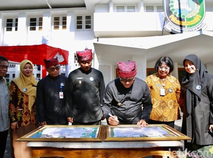 Bupati Anas sedang tanda tangan/Foto: Ardian Fanani