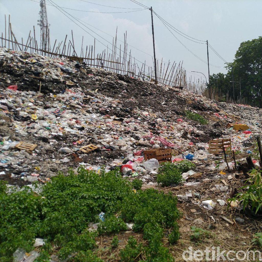 Jorok! Tumpukan Sampah Menggunung Dekat Flyover Cileungsi Bogor