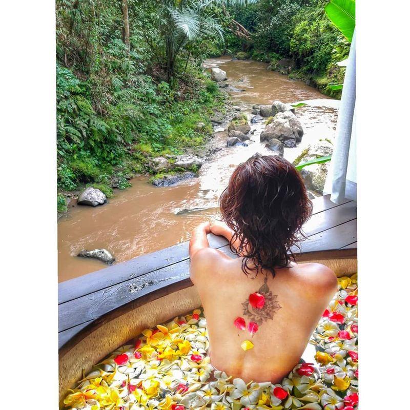 Artis Bollywood, Amala Paul belum lama ini memamerkan foto topless saat liburan ke Bali. Eits, bukan dari depan, melainkan hanya tampak dari belakang saja. (Instagram/@amalapaul)