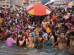 Ribuan Umat Hindu Menyemut di Sungai Gangga