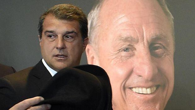 Mantan Presiden Klub Barcelona saat menghadiri pemakaman Johan Cruyf. (
