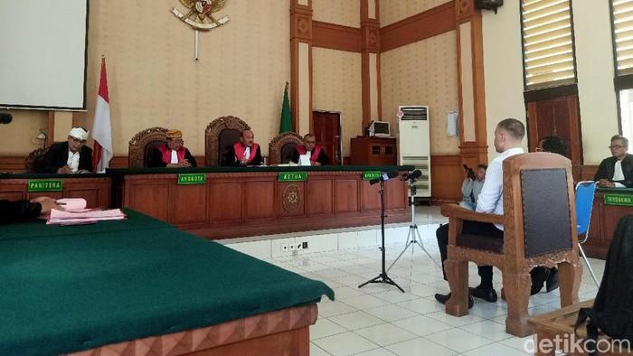 Foto: Bule Tendangan Kungfu Nicholas Carr Divonis 4 Bulan Penjara (Dita-detikcom)