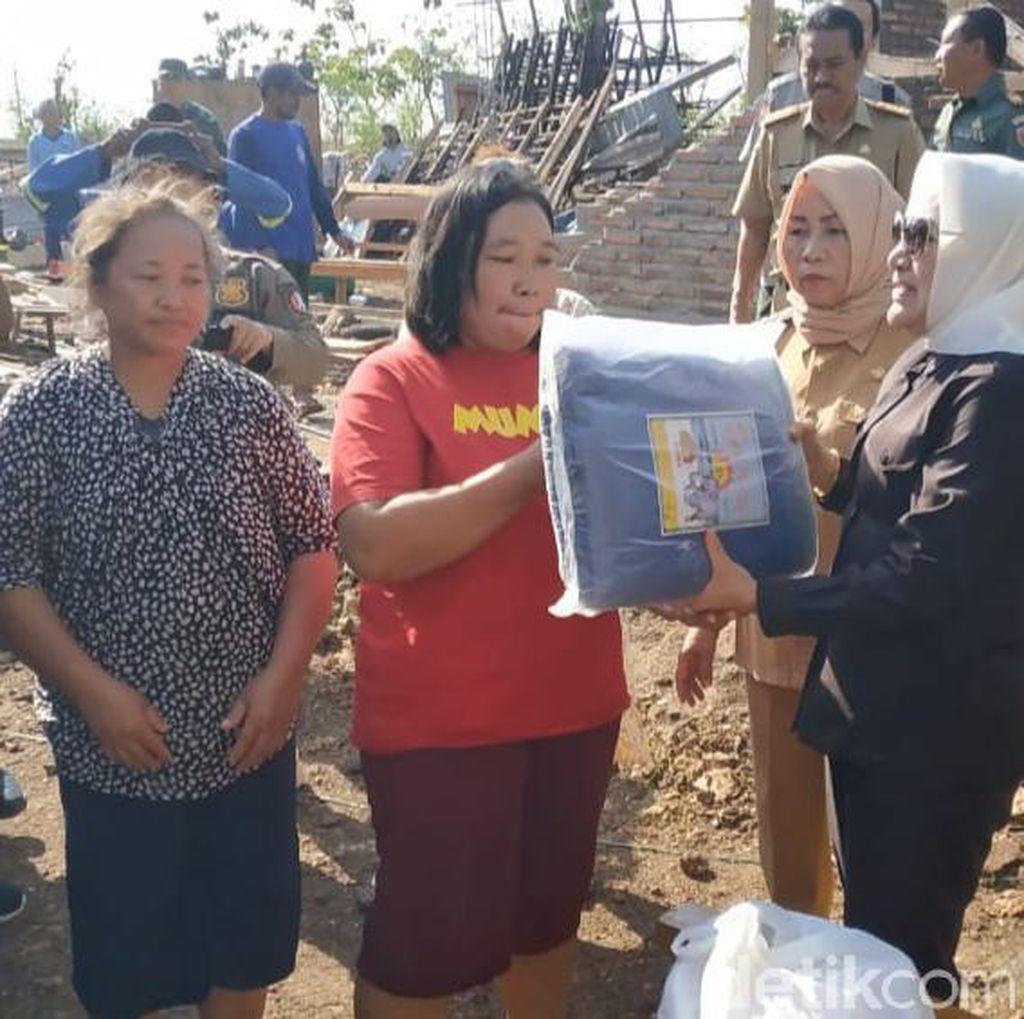 Bupati Anna Bantu Sembako dan Terpal ke Korban Terdampak Angin Kencang