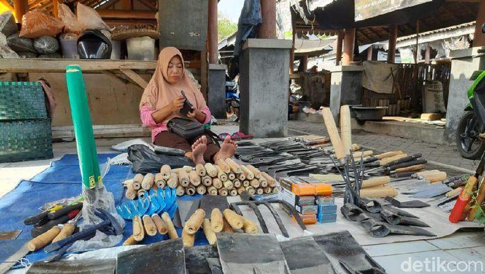 Perajin pacul dan alat-alat pertanian lainnya di Sukoharjo/Foto: Muchus Budi Rahayu/detikcom