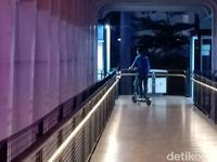 Dishub DKI Bakal Sita Skuter Listrik yang Melintas di JPO-Trotoar