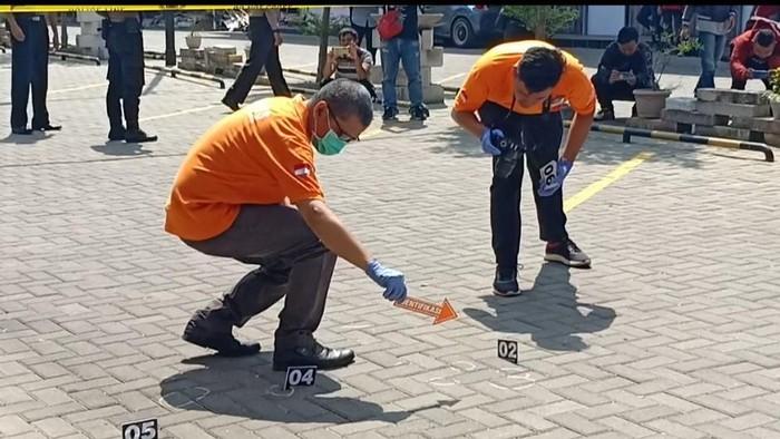 Polisi melakukan olah tempat kejadian perkara (TKP) kasus dugaan penembakan seorang kontraktor oleh anak Bupati Majalengka. (Foto: dok. Istimewa)