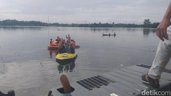 Pengangkutan bangkai babi di Sungai Siombak. (Khairul/detikcom)