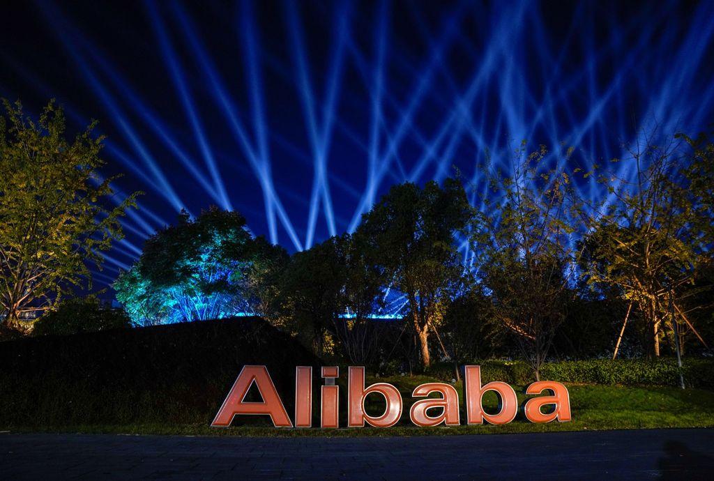 Festival belanja 11.11 selalu dirayakan besar-besaran setiap tahunnya oleh Alibaba. Tampak kantor mereka di Hangzhou penuh cahaya berpendar-pendar. Foto: Reuters