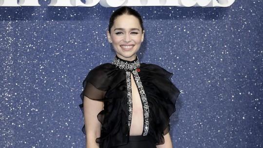 Penampilan Memesona Emilia Clarke dengan Plunging Dress