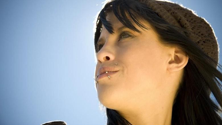Ilustrasi anting di bibir. (Foto: JBryson/iStock)
