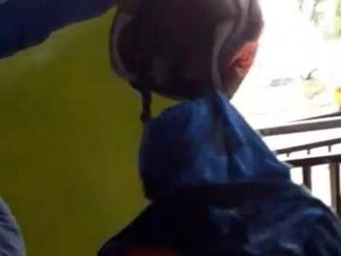 Screenshot video pria diamankan di Aceh karena menggunakan pakaian wanita. (Foto: Istimewa)