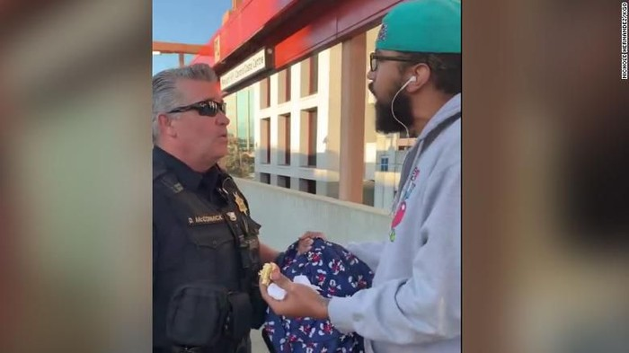 Momen saat polisi menegur Steve Foster yang makan di peron stasiun (Nichole Hernandez/KGO via CNN)