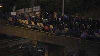 Polisi juga menggunakan kekuatan mereka untuk mengamankan jembatan tempat para demonstran melemparkan berbagai benda ke jalan di bawahnya.