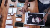 Polisi menunjukkan tersangka Sahibul Auzar yang tewas ditembak karena mencoba merampas senjata polisi.