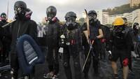 Puluhan polisi juga berusaha membubarkan massa dan memukuli sejumlah orang. Seorang juru bicara kepolisian memperingatkan bahwa Hong Kong berada di ambang kehancuran total.