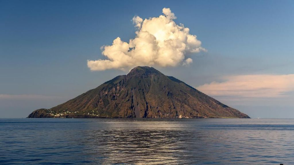 Stromboli, Pulau Indah dengan Gunung Vulkanik Paling Aktif di Dunia