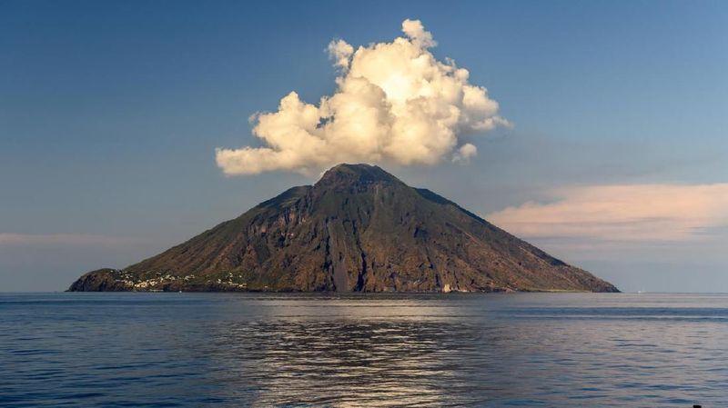 Kenalkan Stromboli, pulau indah yang dikelilingi perairan biru dan dan pasir putih di pesisirnya. Namun di sini ada gunung vulkanik yang dikatakan paling aktif di dunia. (iStock)