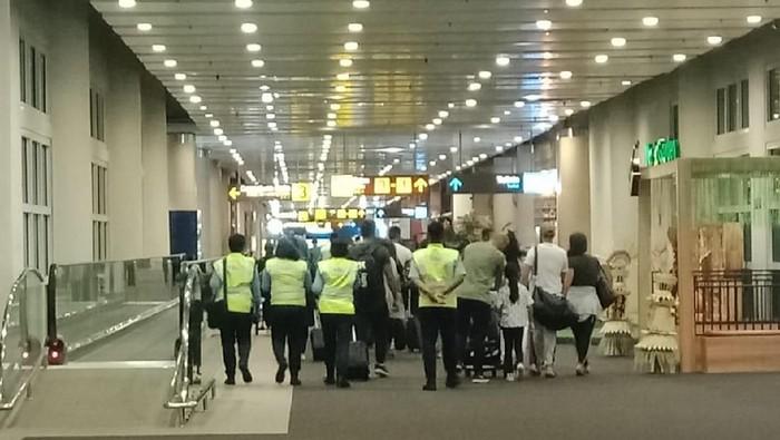 Rombongan penumpang yang diturunkan maskapai JetStar (Foto: dok. Istimewa)