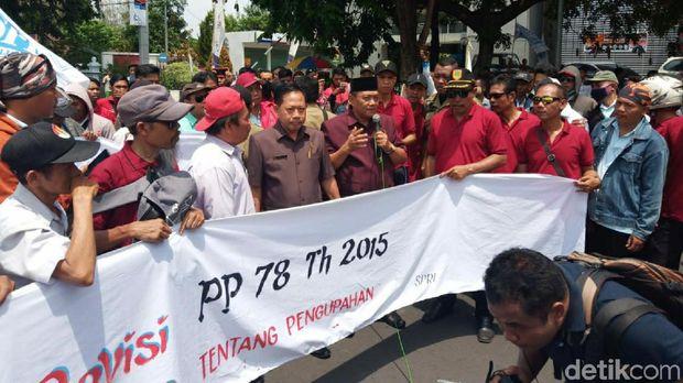 Demo buruh tolak kenaikan iuran BPJS Kesehatan di DPRD Sukoharjo.