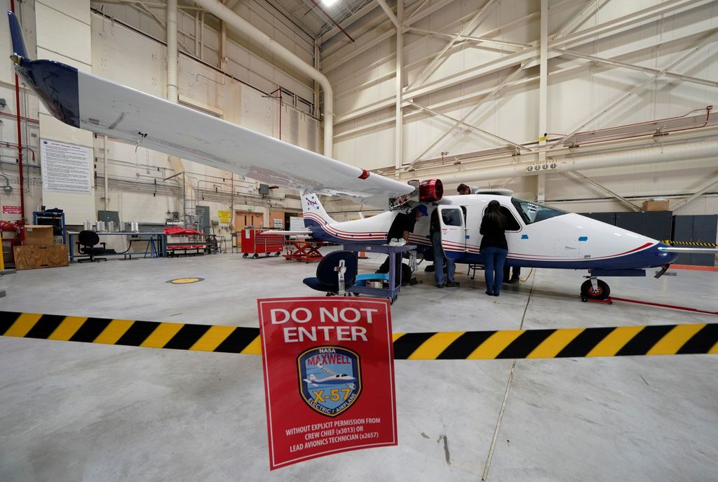 "X-57 ""Maxwell"", demikian sebutannya, dipamerkan di laboratorium penerbangan NASA di Florida. Pesawat ini telah dikembangkan sejak tahun 2015. Foto: Reuters"