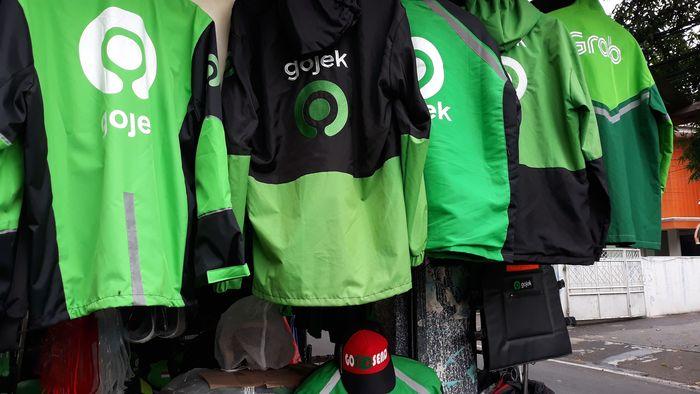 Berdasarkan penelusuran detikcom terhadap beberapa situs belanja online, mulai dari helm hingga jaket ojol dijual bebas.