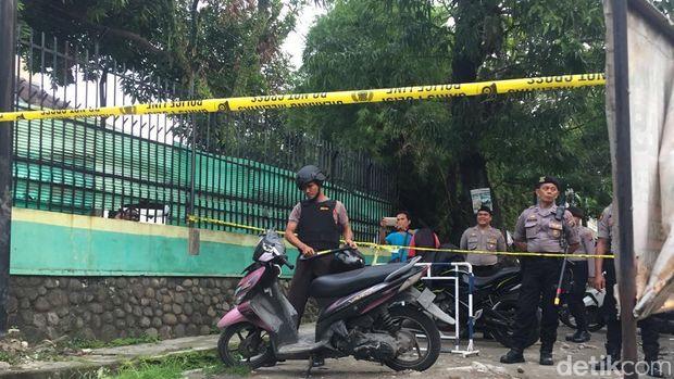 Polisi memeriksa motor pelaku bom bunuh diri di Mapolrestabes Medan