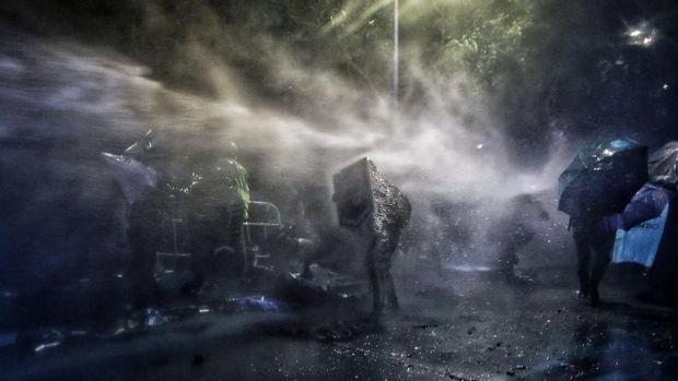 Demonstran Hong Kong berlindung dari tembakan meriam air