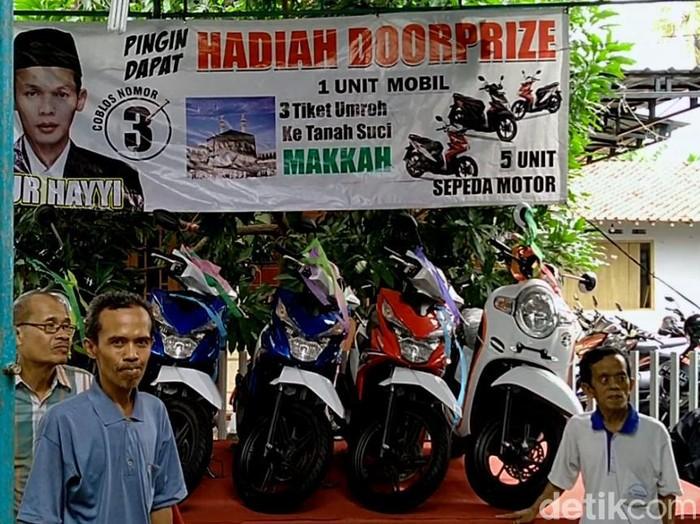 Cakades Rembun, Kecamatan Siwalan, Kabupaten Pekalongan, menyiapkan door prize dalam Pilkades serentak 2019, Rabu (13/11/2019). Foto: Robby Bernardi/detikcom