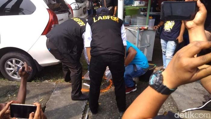 Olah TKP usai ledakan bom bunuh diri di Polrestabes Medan. Foto: Datuk Haris Molana