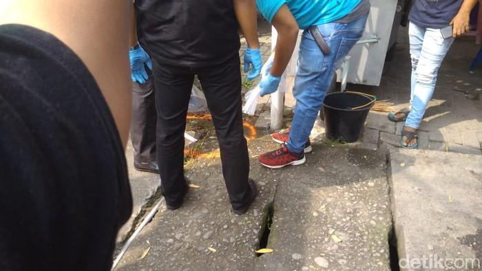 Foto: Olah TKP bom bunuh diri di Polrestabes Medan (Datuk Haris Molana/detikcom)