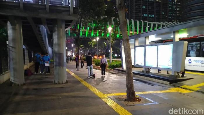 Skuter listrik di trotoar. (Sachril Agustin Berutu/detikcom)