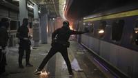 Aktivis Joshua Wong mengatakan di akun Twitter bahwa bentrokan itu telah melukai mahasiswa. Para pengunjuk rasa meningkatkan jumlah kampanye mereka yang bertajuk blossom everywhere dengan cara memblokade jalan dan melakukan aksi vandalisme untuk membuat kota ini lumpuh.