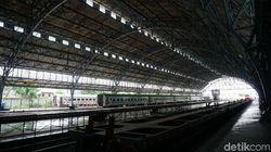 Di Stasiun Tanjung Priok Zaman Old, Pribumi Nunggu Kereta di Sini