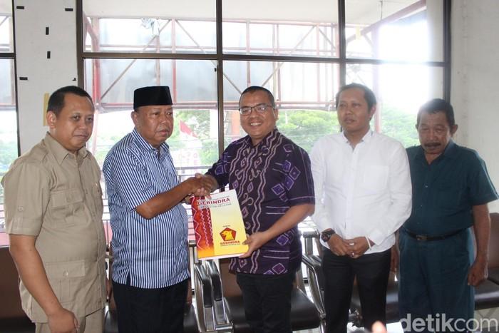 Denny Indrayana mengembalikan formulir bakal calon gubernur Kalsel ke Gerindra. Foto: M Risanta/detikcom