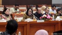 Beberapa hal yang disebutkan oleh Gusti Ayu dalam program prioritasnya itu diantaranya adalah mendorong pemberdayaan perempuan di bidang kewirausahaan.