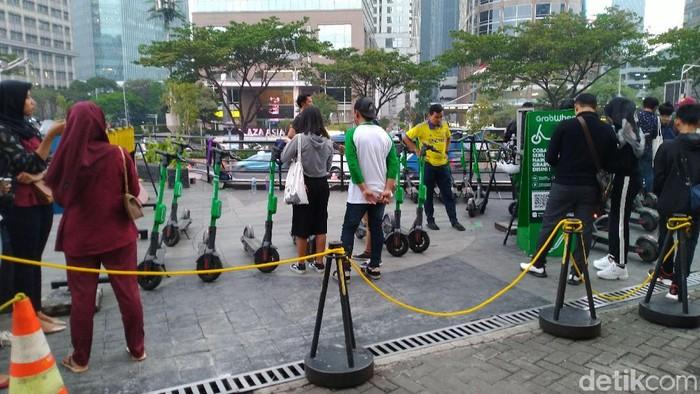 Foto: Antrean pengguna skuter listrik (Sachril/detikcom)