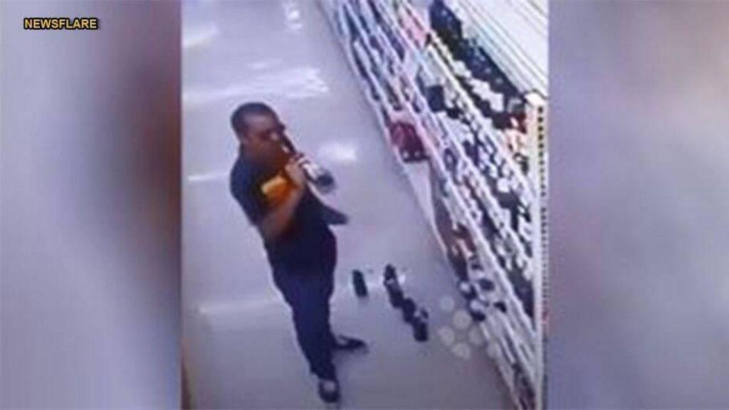 Terekam Kamera! Pencuri Ini Cicip Beberapa Wine di Rak Supermarket