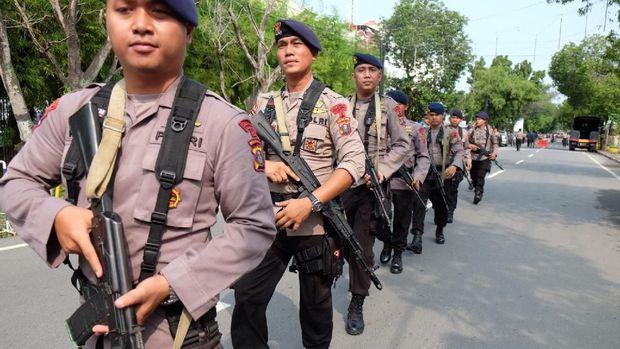 Polisi berjaga di Mapolrestabes Medan pascaledakan.