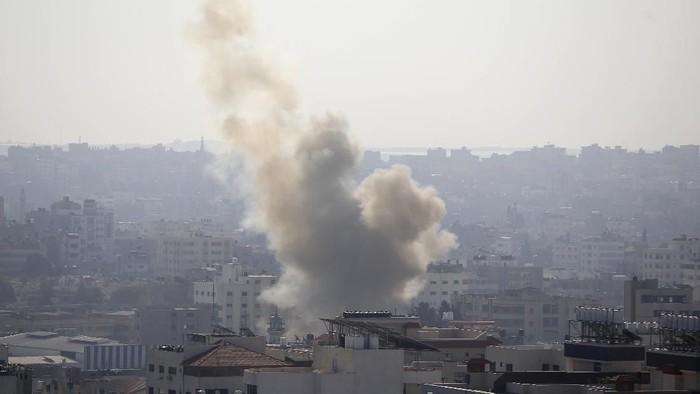 Gempuran udara Israel di Gaza yang menewaskan komandan senior militan Jihad Islam (AP Photo/Hatem Moussa)
