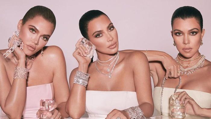 Kardashian Bersaudari promosi parfum pakai perhiasan miliaran rupiah. Foto: Instagram/@kkwfragrance