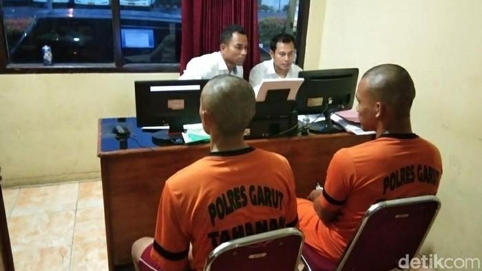 Polisi meminta keterangan dua pria tersangka kasus pembunuhan di Garut. (Foto: Hakim Ghani/detikcom)