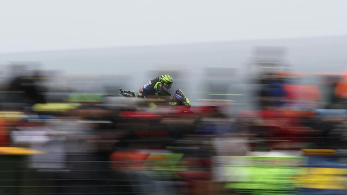PHILLIP ISLAND, AUSTRALIA - OCTOBER 27: Valentino Rossi of Italy rides the #46 Yamaha Factory Racing Yamaha during qualifying for the 2019 MotoGP of Australia at Phillip Island Grand Prix Circuit on October 27, 2019 in Phillip Island, Australia. (Photo by Robert Cianflone/Getty Images)