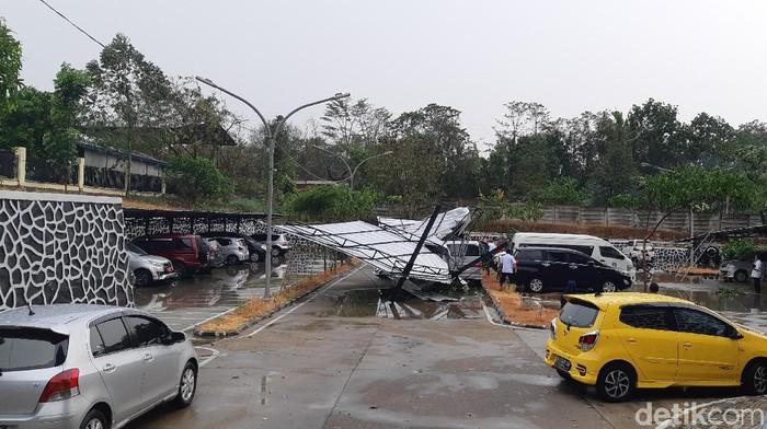 Hujan disertai angin kencang menumbangkan pohon dan tower di Serang/Foto: Bahtiar Rifai-detikcom