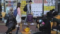 Kelas-kelas universitas dibatalkan pada hari Rabu sementara para orang tua disarankan agar dapat menjaga anak-anak mereka di rumah. Biro Pendidikan berencana menutup semua sekolah pada hari Kamis (14/11) dengan alasan keamanan dan banyak lembaga keuangan meminta para staf mereka untuk bekerja dari rumah.