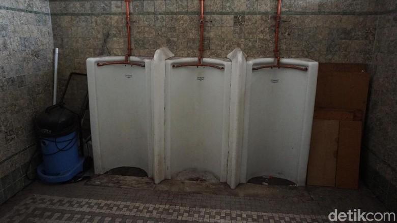Toilet pria dahulunya di Stasiun Tanjung Priuk  (Syanti Mustika/detikcom)